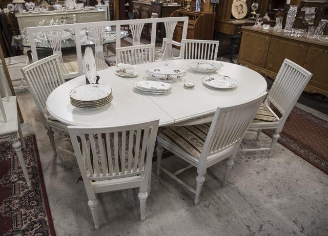 Valkoinen pöytä ja kangaspäällystetyt tuolit