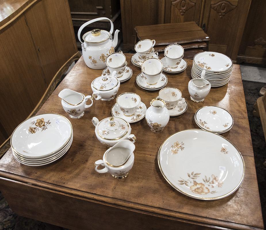 Kultareunuksilla ja kukilla koristeltuja astioita
