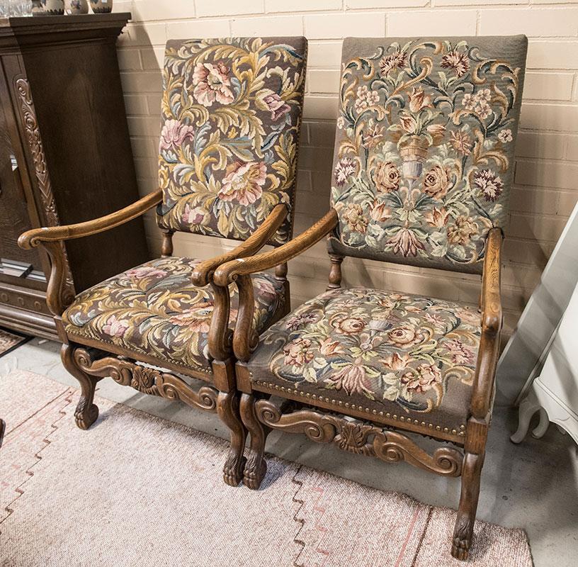 Pehmustetut ja verhoillut puiset tuolit